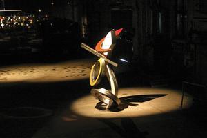 Prydnad. Skulp–turen Ho-doo ska pryda Lilla torget. Ovan ses konstnären Brad Howe när han deltog vid Avesta Art förra året.