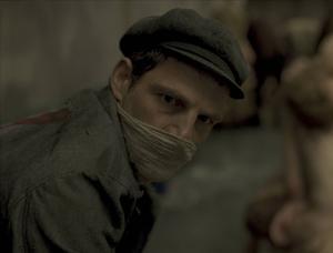I huvudrollen som den judiske fången Saul Auslander syns poeten Géza Röhrig, som gör ett hedervärt jobb trots få repliker. Pressbild.    Studio S Entertainment