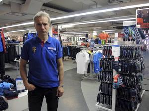 Ola Sundberg har drivit Intersport-butiken på Stationsgatan sedan 1991. Nu tvingas han stänga den.