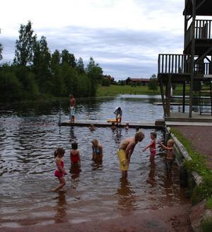 Västannorstjärnen. Simskolan vid Västannorstjärnen är populär. Många barn deltar i undervisningen och många föräldrar följer intresserat sina barns framsteg i vattnet. Foto:Göran Persson