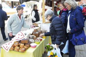 Att sälja direkt till kunder på marknader och liknande är den stora lockelsen för Almuth M. Roos. Även om hennes eget  bageri inte är öppnat än så har hon hyrt in sig hos ett bageri i Revsund för att kunna baka bröd för att sälja ibland på Jämtens marknad i Östersund.