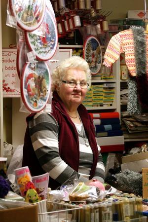 I sommar fyller Hagar Karlsson 74 år. Nu vill hon gå i pension och stänga garnkällaren. Den egna verksamheten tar mycket mer tid än de timmar affären har öppet, berättar Hagar.