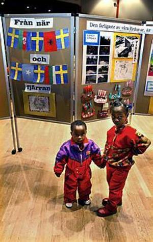 Från när och fjärran. Två asylsökande barn från Somalia representerar väl mångfalden i Hofors som visades när Migrationsverket hade öppet hus på Folkan. Foto: LEIF JÄDERBERG