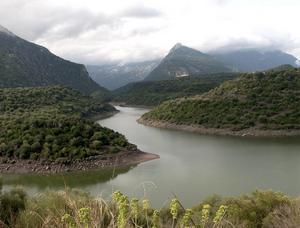 Östra kuststräckan på Sardinien har en karg och bergig natur med djupa vikar.