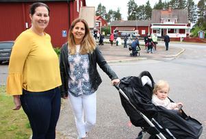 Anna Vacietis och Ullis Homman, med brorsdottern Ines, gläds åt strömmen av besökare. Anna och Ullis sitter i styrelsen för Mockfjärds Intresseförening som arrangerar Mockfjärdsdagen.