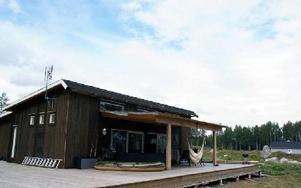 Husen reser sig i Larssveden. Det sjönära läget och den långgrunda stranden är några av de saker som lockar tomtköpare.FOTO: KLARA ERIKSSON