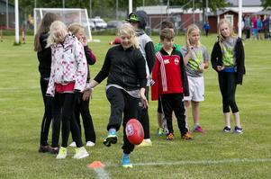 Några av deltagarna fick prova på australiensk fotboll.