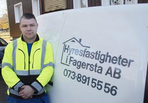 Lukas Bodziak är arbetsledare hos Hyresfastigheter i Fagersta AB, framför en av företagets fastigheter på Norbergsvägen. Här har fasaden målats om och kök och badrum helrenoverats. Detta ska ske i alla 450 lägenheterna i företagets område.