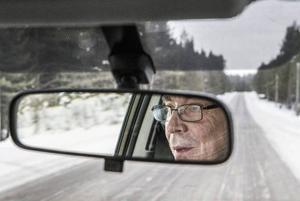 – I det här yrket måste man gilla att köra bil, säger undersköterskan Börje Lundin.
