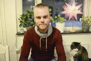 Lars Björklund, här med katten Ash, var med om en omtumlande upplevelse under helgens löprunda.