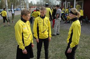 Lagsnack. Från vänster: Anna Morsell, Pia Birkebaek och Lena Eliasson, ingår i Stora Tunas första lag med Lena Gillgren och Emma Engstrand. Här tar de ett snack i samband med Stora Tunas uppladdningsträff på tisdagen.