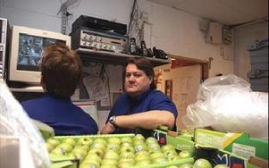 Butikschef Henrik Syrén på Ica supermarket ska nu ytterligare skärpa bevakningen.-- Vi har snattaren på film, säger han.FOTO: MATS LINDSRÖM