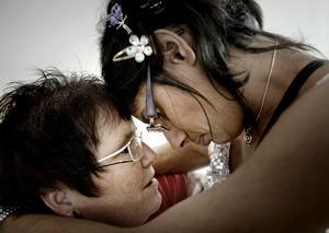 Rörande vacker. Marie Schulstads ögon tåras när hon och Kavita Uggla kramas inför Nobelfesten på Karlsgatan.