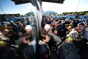 Många hade köat i flera timmar utanför Experts butik vid Kupolen för att få chans att fynda.