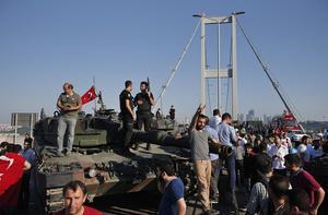 Jublande AKP-anhängare vid erövrade stridsvagn vid Bosporen-bron i Istanbul.