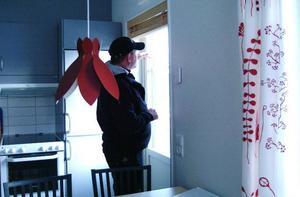 Joakim Reineke visar en av de tio nybyggda lägenheterna, som ägarna hyr ut genom bolaget.