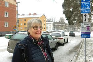 Ingegerd Grönlund hoppas att det blir mer ordning på Markörgatan med de nya parkeringsreglerna.