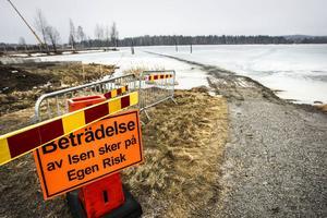 På grund utav långvarigt töväder har isen på Kyrksjön försvagats, skriver Ljusdals kommun på hemsidan.