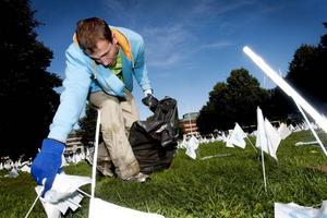 Kampanjarbetaren Johan Sundberg var en av dem som i går städade bort de tusentals flaggor som  placerats ut bland annat på Slottstorget i Gävle.