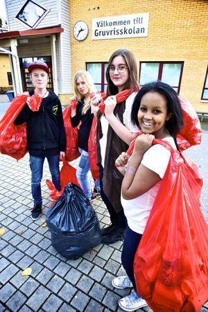Emil Danielsson, Lina Jansson, Kajsa Janze och Najma Adan Dahir kånkar burkar.– Välgörenhet är bra, det tar ändå inte så lång tid, säger Kajsa Janze.