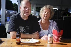Mats och Tuula Linander från Gävle njöt av rock och god mat.Flera nyfikna Gävlebor hade letat sig till festivalområdet.