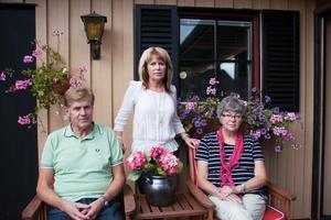 Jan-Erik och Wenetha Mattsson samt Birgitta Engberg är ledsna över att deras mor och svärmor fick en så svår sista tid i livet.