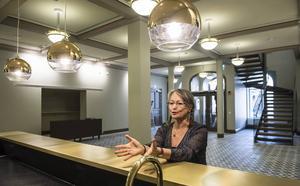 Lena Engqvist Forslund i nya Konsertteaterfoajéns serveringsdisk.