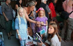 Erika Jakobsson sålde fynd för några kronor. Tova och Elsa Hansson fick hjälp av mamma Sara Kvarnström att fynda. Foto: Eva Högkvist