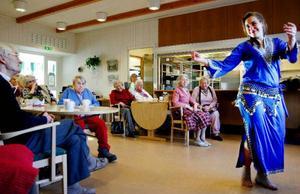 Suggestiv musik från flöjter, luta och den orientaliska trumman darbouka beledsagar den orientaliska dansen. De rasslande paljetterna i höftskynket ger förstärker rytmerna.Foto: Henrik Flygare