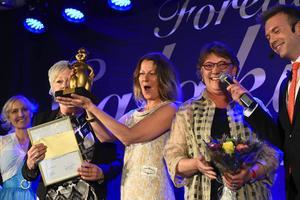 Det glada gänget från Stiftelsen Vårsta Diakongård fick ta emot priset som årets banbrytare.
