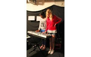 Maria och Hanna testar att spela keyboard. Foto: Emma Andersson