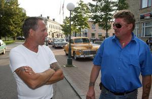 Arrangörerna Mats Olsson och Lasse Westling på Söderhamn American Cars kontrollerar att bara amerikanare och bilar av veteranklass släpps in på gågatan.