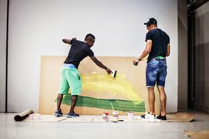Kajsa-Tuva Werner har visat spelarna hur de kan använda skrapor i stället för penslar när de målar.