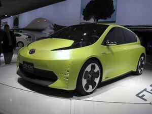 Toyota går vidare med sina hybridversioner och visade nu en mycket liten bil med den avancerade tekniken. FT-CH har fräck form och kan bli en smart citybil.