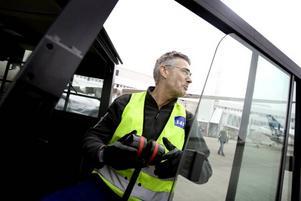 LÅNGPENDLARE. Flygplanslastaren Bo Larsson, Östervåla, har i 25 års tid långpendlat till Arlanda.