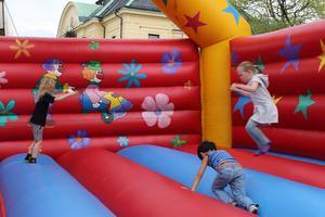 Barn studstade omkring som pingpong-bollar i hoppborgen.