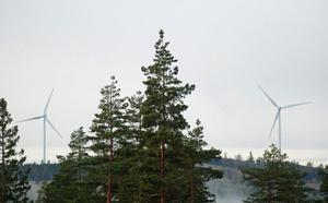 Vindkraftverken nummer fyra och fem är resta på berget Högtjärnsklack.