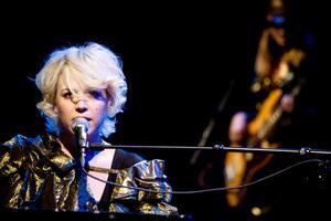Frida Hyvönen gör låtar som är perfekta för hennes röst, inte bara musikaliskt, utan även i det hon sjunger om. Hon skriver texter som man vill pausa, läsa om, som i en dikt.Foto: Catharina Sandström