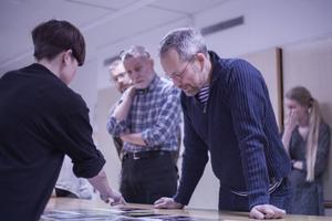 Efter föreläsningen fick fotografieleverna visa bilder och diskutera med Jens Olof Lasthein.