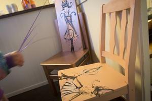 Moa Wallin målar allt från tavlor till stolar.