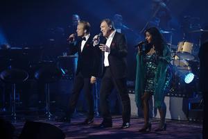 Från vänster: Andreas Weise, Christer Sjögren, Kristin Amparo på scen tillsammans.