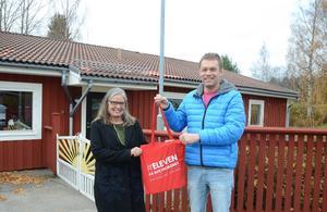 Förskolechef Maria Nyhammar tar emot en skolkasse från Roger Henningsson och Attention Bollnäs.