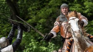 Riddare brakar samman i en så kallad reenactment av detta medeltida tornerspel. Bilden är från en stor medeltidsfest i Goeppingen i Tyskland.