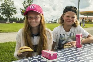 Wilda Lindberg och Arvid Ungh passade på att äta grillat.