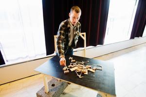 Leo Eklund, student på Konstfack, visar hur det gick till när de bjöd in Fornhöjdsborna att tänka till hur utemiljöerna i området kan se ut.