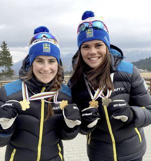 Ebba Andersson och Jenny Sollin med medaljerna de vann på JVM.