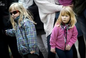 Selma Bodin, 4 år, och Linnea Niiranen, 5 år, står vid tågperrongen och inväntar nästa tur med lilleputtåget.