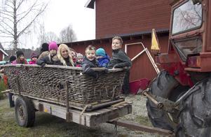 Avfärdena till tomtens bostad Tomteboda, en bit bort från kommersen, var uppskattat bland Åvestbo julmarknads yngre besökare.