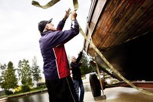 Bosse Goude hjälper till med att spänna fast båten.