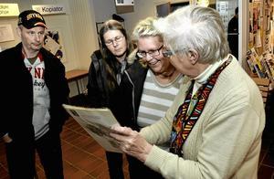 Tillbakablickande. Barbro Karlsson, Stefan och Ann-Cathrin Andersson pratade släkthistoria med Amy Hammarström från Linde Bergslags släktforskarförening.$RETURN$$RETURN$